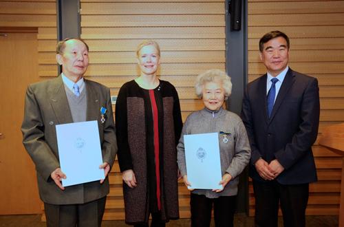我校杨迟教授、校友石琴娥教授被授予瑞典皇家北极星勋章