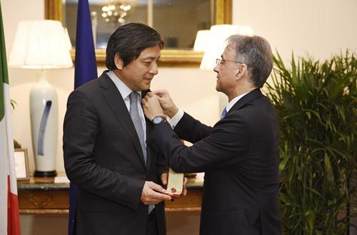 """彭龙校长荣获意大利总统授予的""""意大利之星""""将领勋章"""